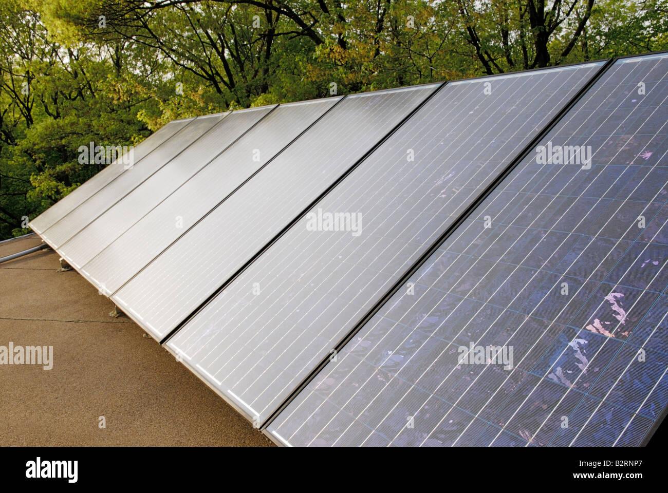 Paneles de energía solar fotovoltaica en el tejado de una casa Imagen De Stock