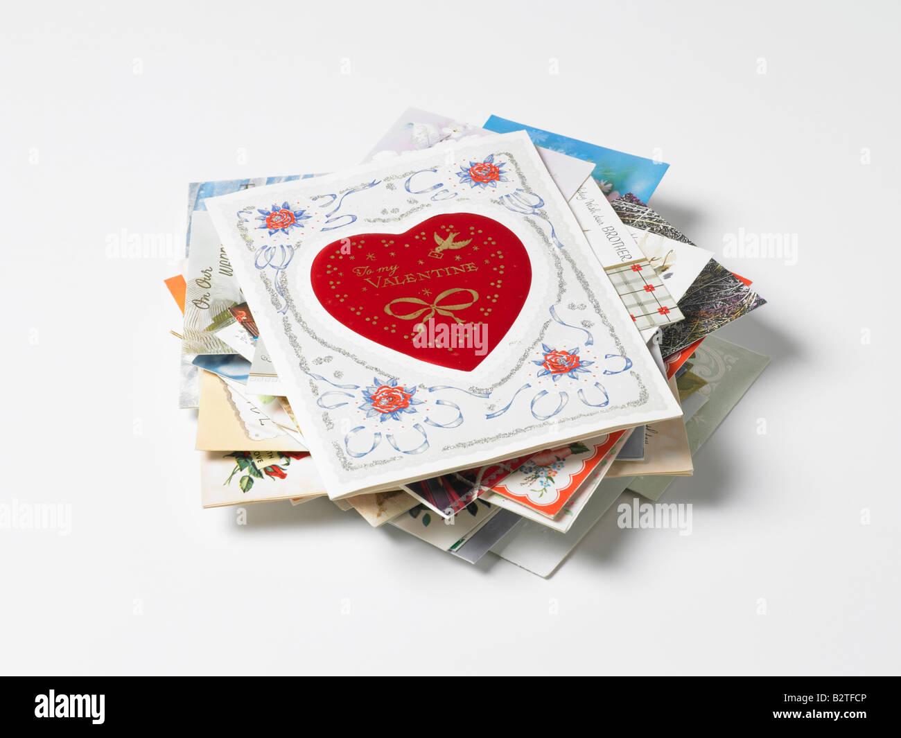 Montón de viejas tarjetas de felicitación Foto de stock