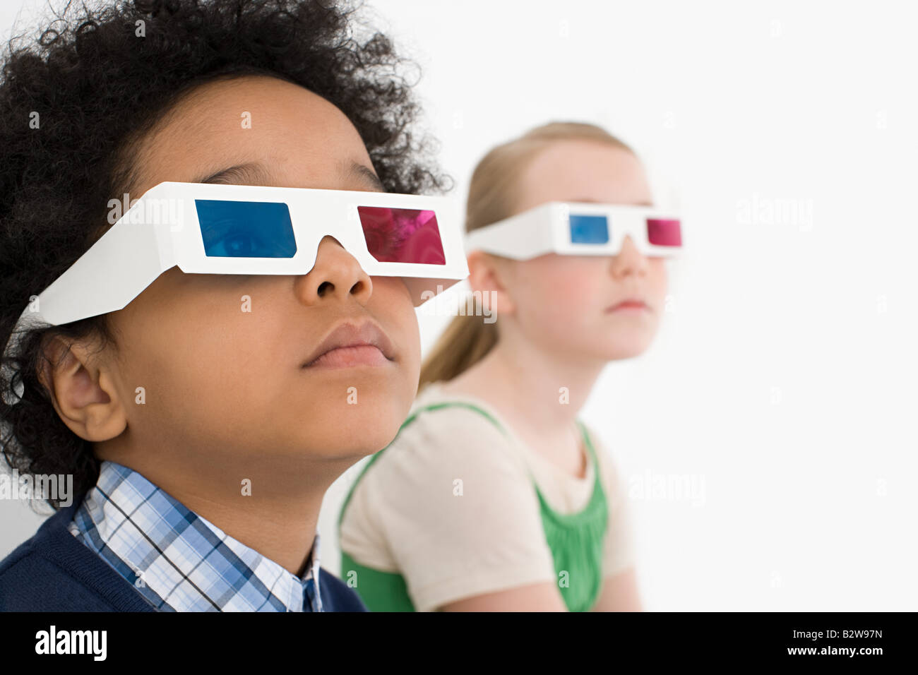 Niño y niña en gafas 3D Imagen De Stock