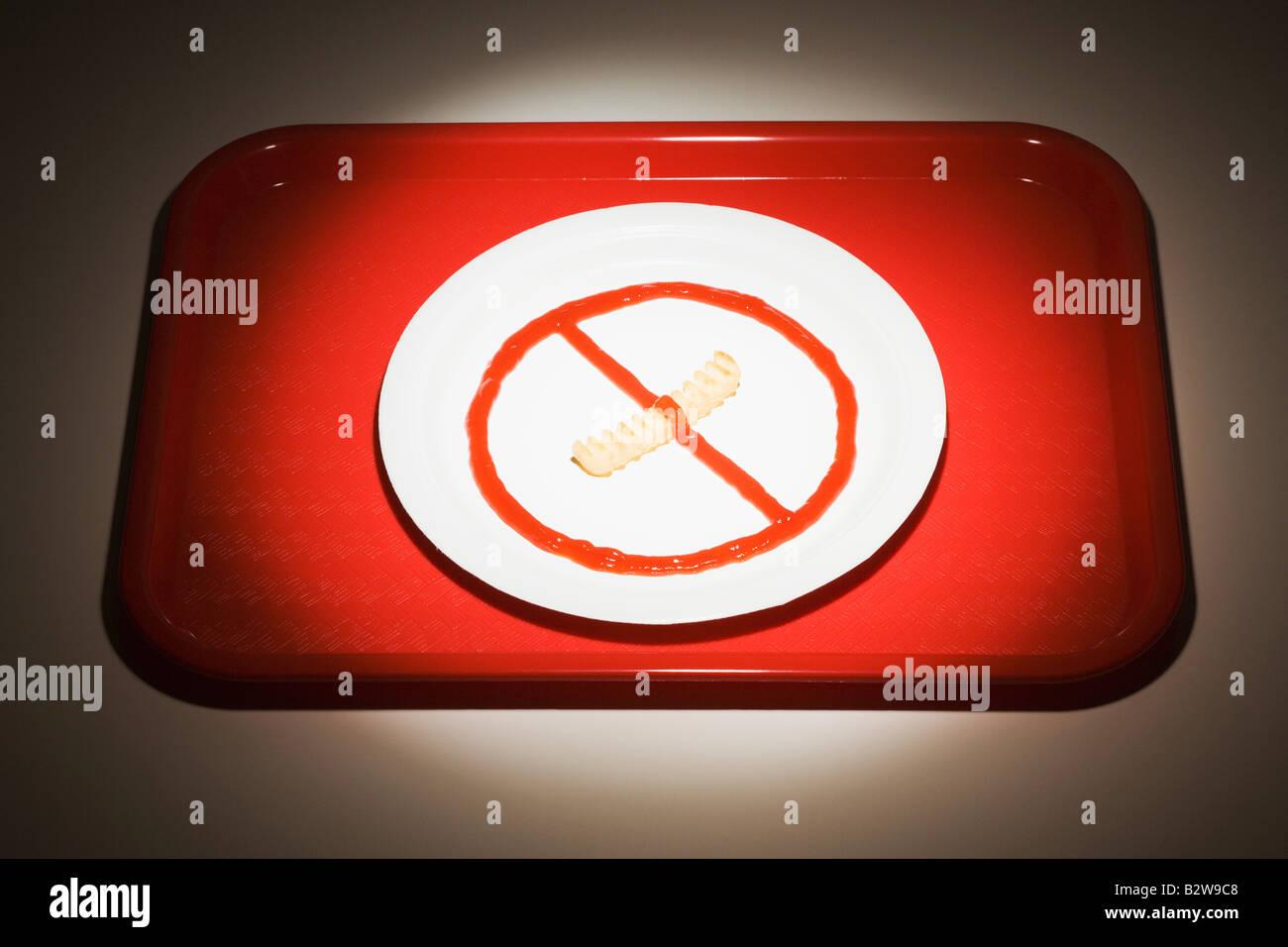 Los alimentos dispuestos sobre una placa como un signo de no fumar Imagen De Stock