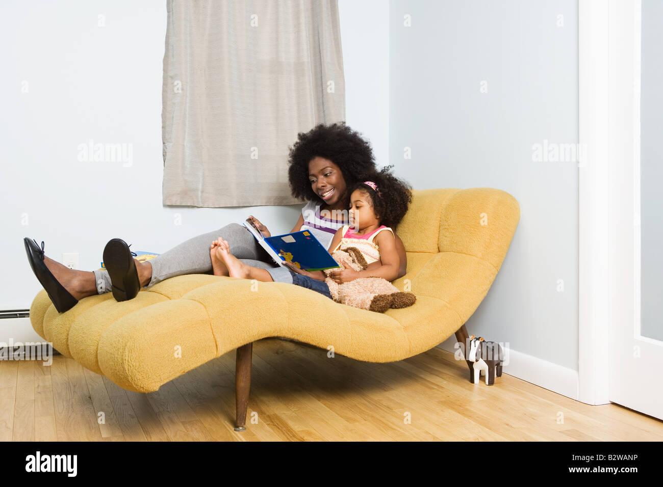 Una madre y su hija leyendo un libro Foto de stock