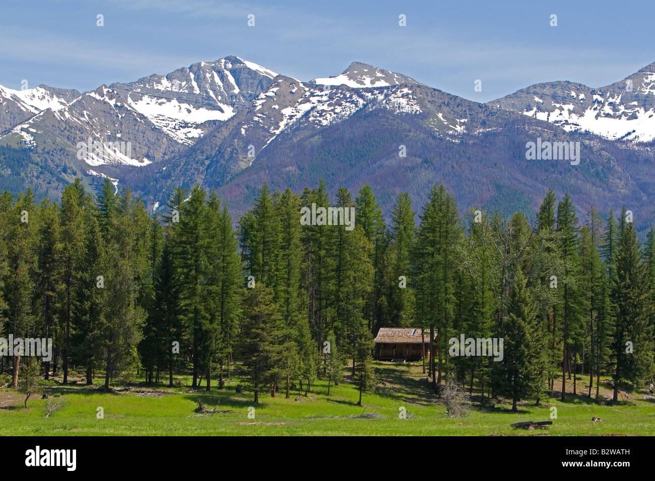 Cabaña se asienta debajo de las Montañas Rocosas cerca de Condon Montana Imagen De Stock