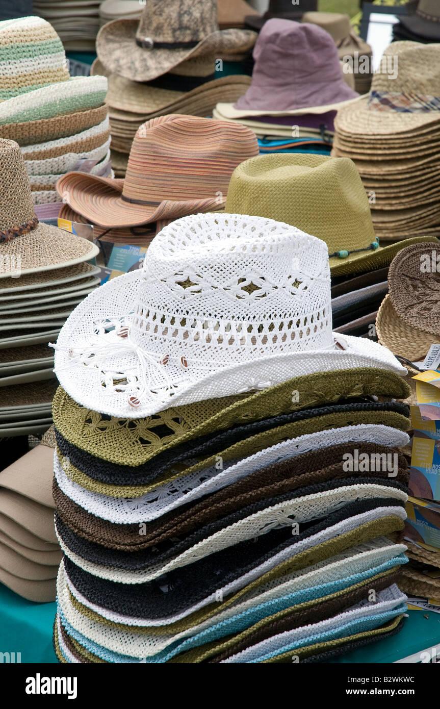Montones de sombreros de verano en un puesto en el mercado Imagen De Stock cb6ae345820