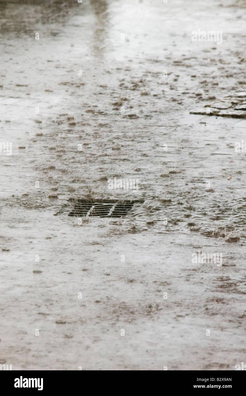 Lluvias torrenciales conduce rápidamente a las alcantarillas se ven desbordados en Manchester, RU Imagen De Stock