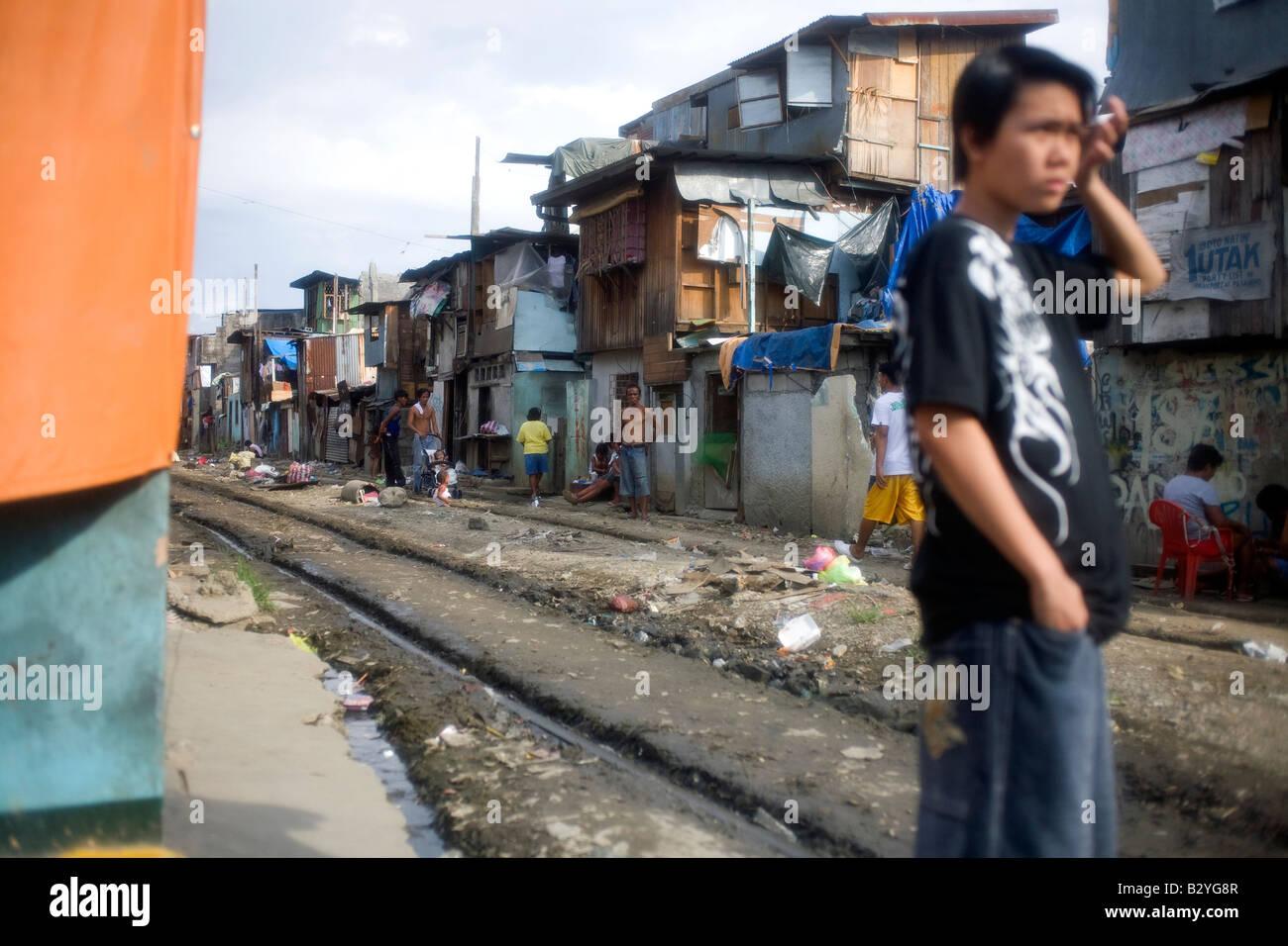 Una comunidad de precaristas junto a las vías del tren en Manila, Filipinas. Imagen De Stock