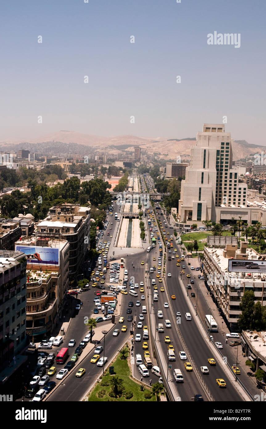 Siria. Tráfico matutino en una amplia avenida de Beirut en la parte moderna de Damasco. Imagen De Stock