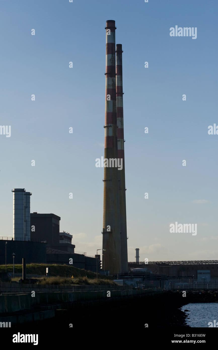Estación generadora de energía Poolbeg chimeneas de humo en la Bahía de Dublín. Foto de stock