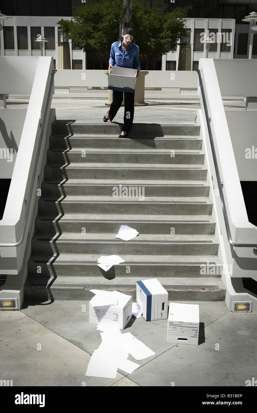 Chica Viernes viendo cajas de papeleo pasos desplegable Imagen De Stock
