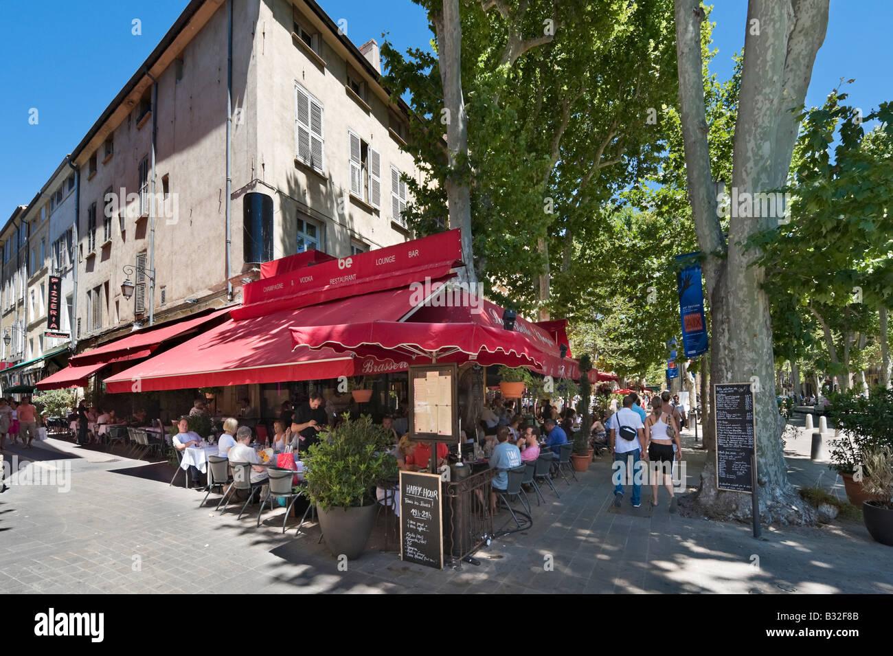 En la cafetería de la calle Cours Mirabeau, en el centro histórico de la ciudad de Aix en Provence Francia Foto de stock