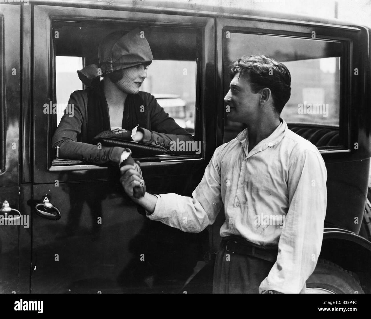 Hombre, diciendo adiós a la mujer en coche Foto de stock