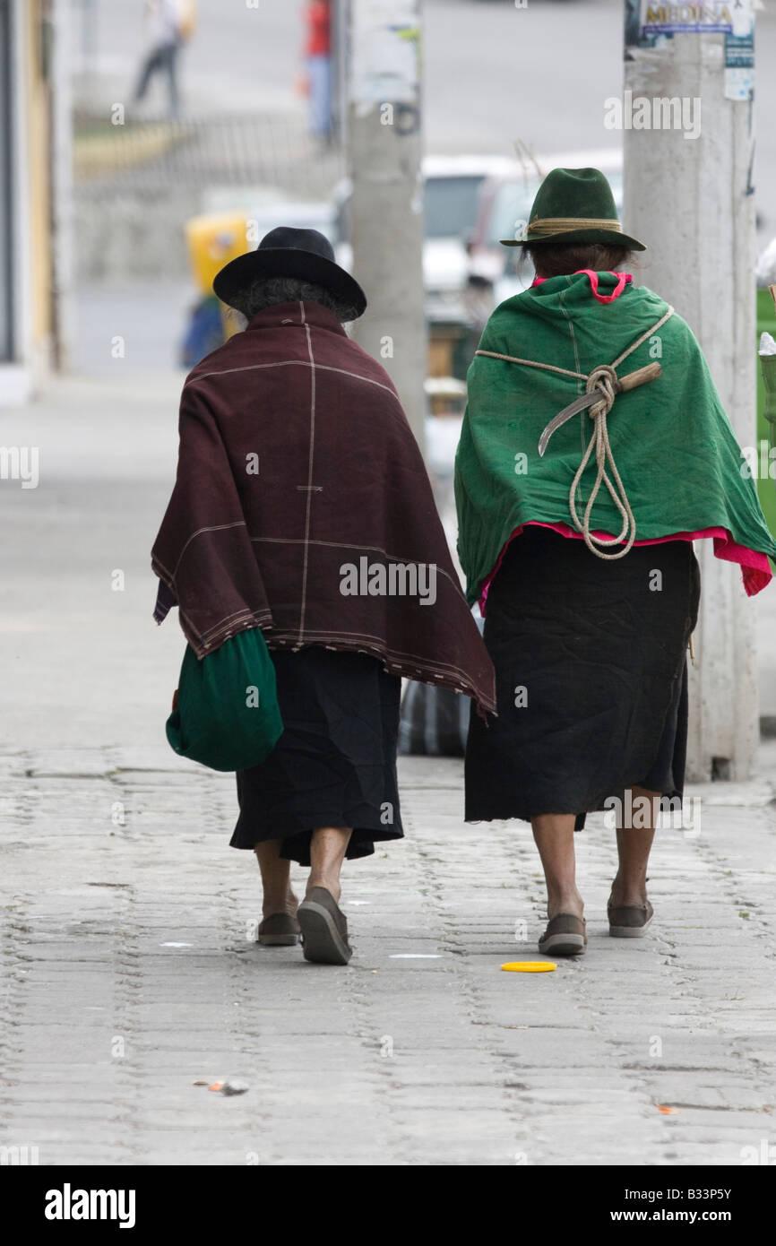 2 La mujer ecuatoriana en el tradicional poncho marrón y verde traje chal  con falda negra 87d3f3f7810