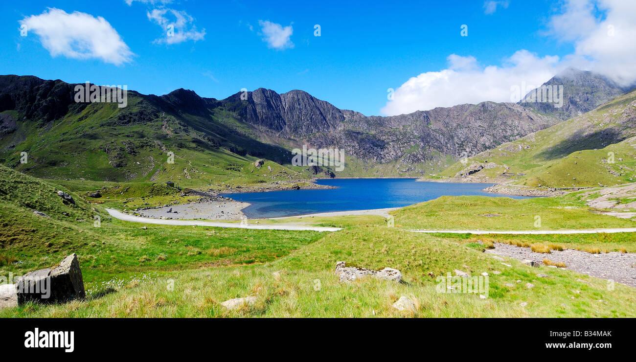 Mirando a través de Llyn Llydaw junto a los mineros la vía hacia la cumbre del monte Snowdon en Gales del Norte Foto de stock