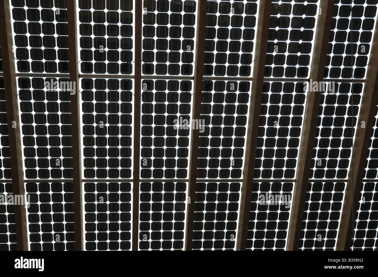 Techo de paneles solares en el centro de tecnología alternativa cerca de Machynlleth Imagen De Stock