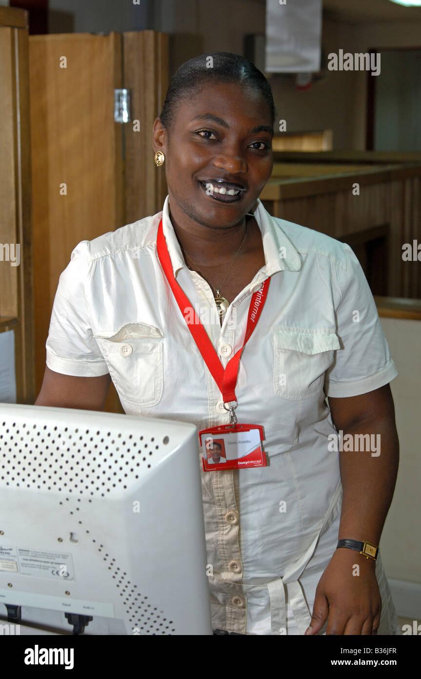 Personal amable en el internetcafé Busyinternet, la mayor propiedad privada centro de TIC en África, Accra, Ghana Foto de stock