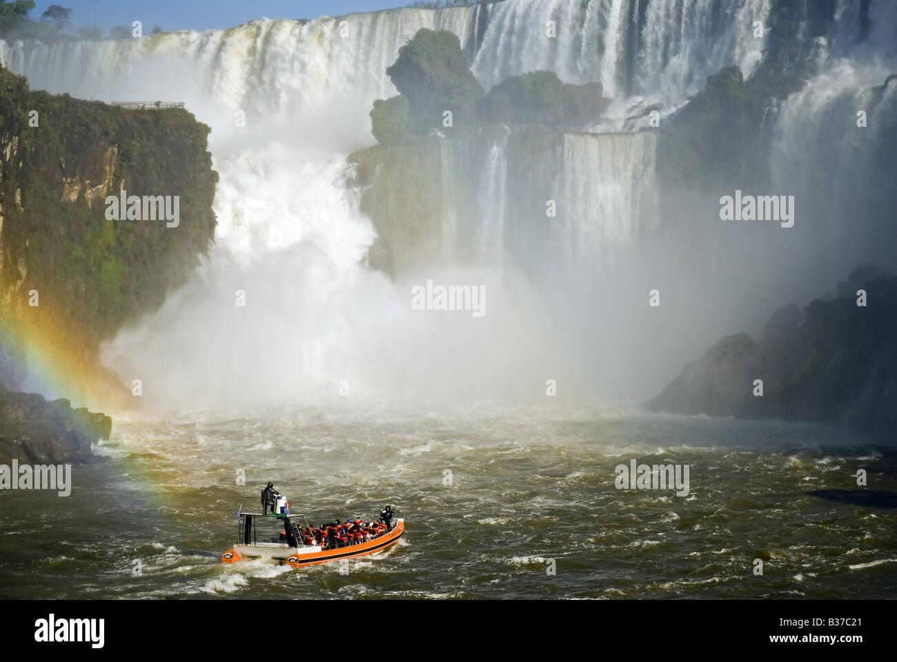 Barco turístico en Cataratas de Iguazú, Brasil Argentina frontera Foto de stock