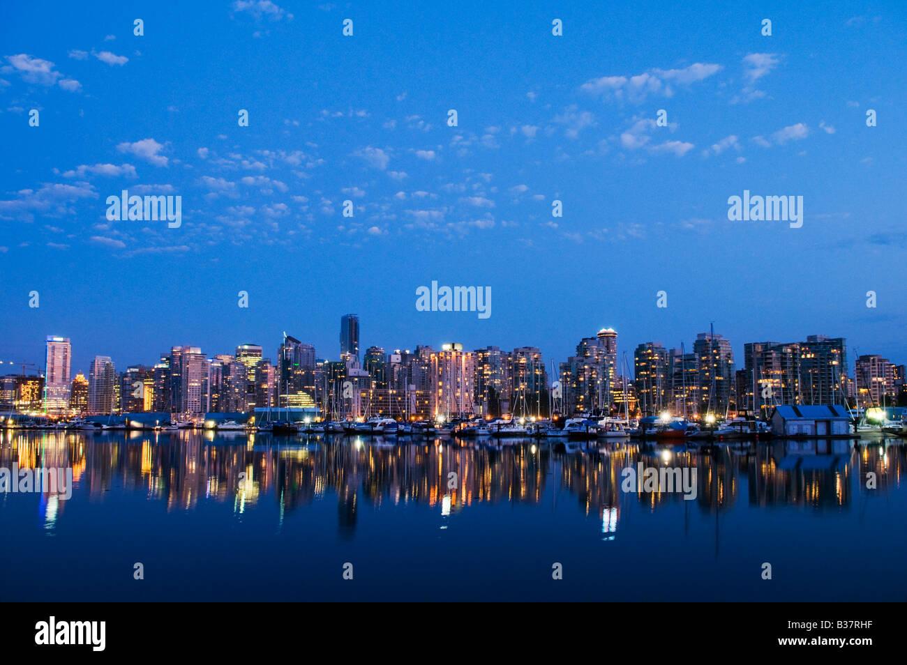 'Por la noche skyline Coal Harbour Vancouver Canadá' Imagen De Stock