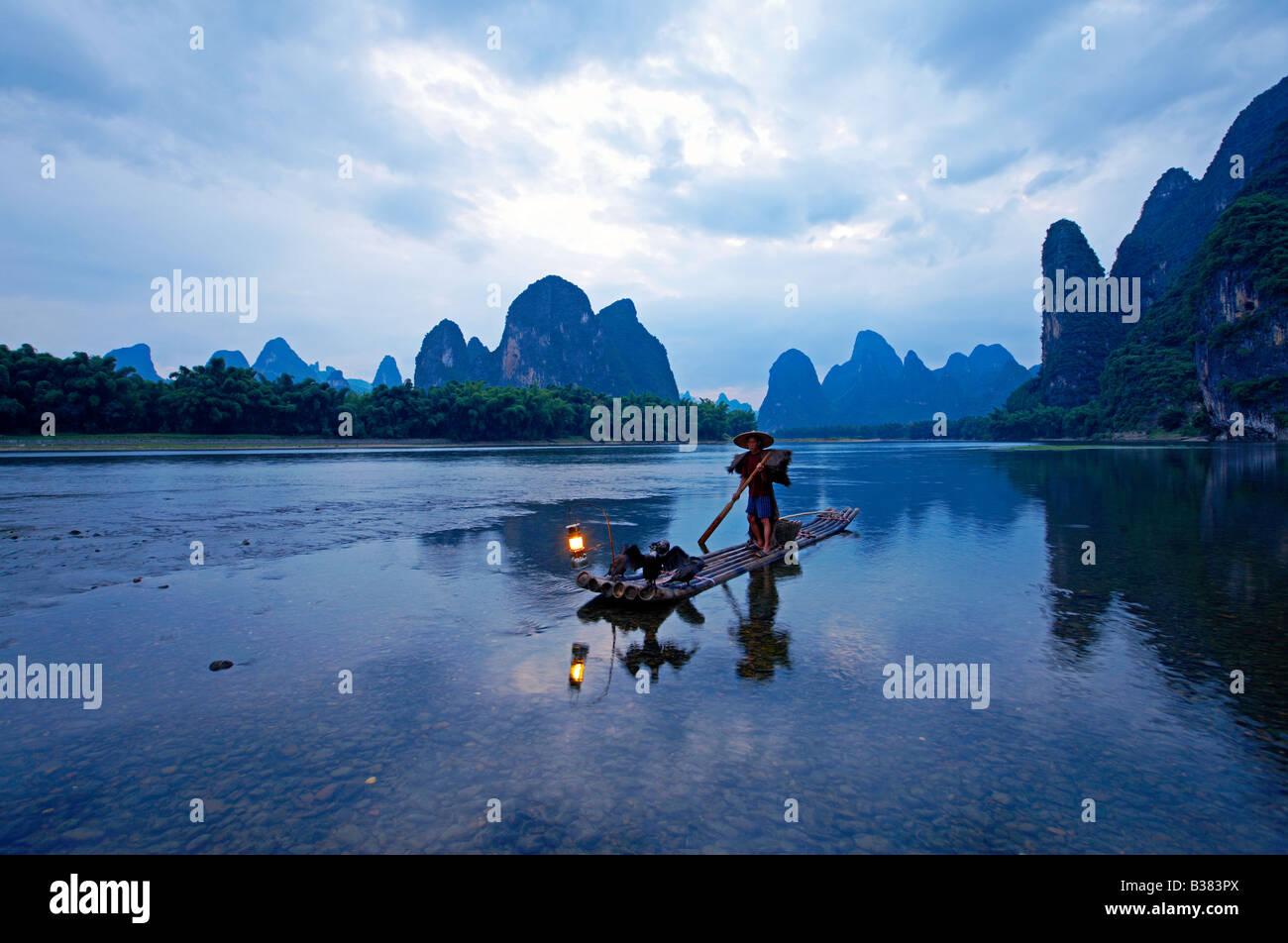 Cormorán pescador en el río Li Lijang Guilin Xingping provincia China de despacho modelo 701 Imagen De Stock
