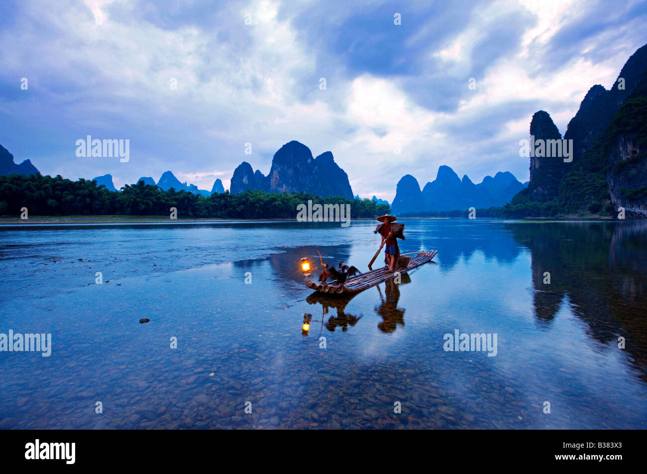 Cormorán pescador en el río Li Lijang Guilin Xingping provincia China de despacho modelo 701 Foto de stock