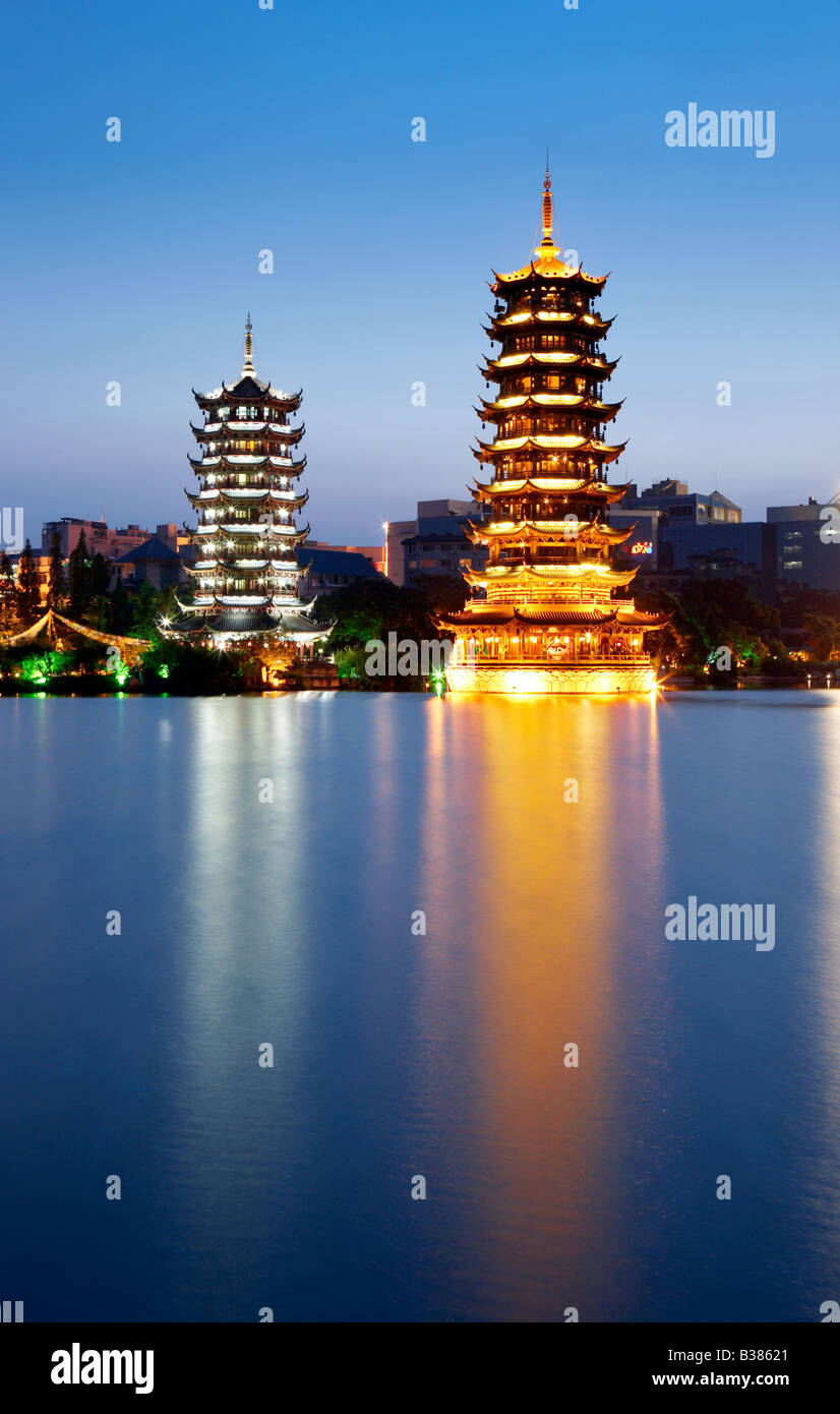 Doble Torre del sol y de la luna Lago Shanhu Guilin China meridional Imagen De Stock