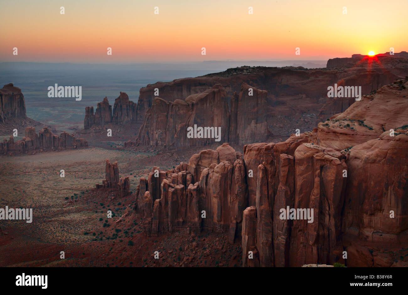 Amanecer en el extremo lejano de Hunt's Mesa arriba Monument Valley Arizona Foto de stock