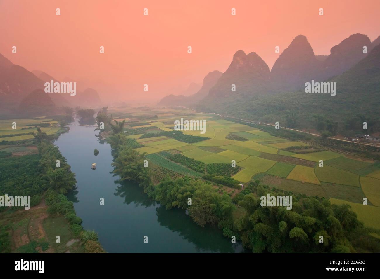 Karst, paisaje de montaña y Río Li desde un globo de aire caliente, Yangshuo y Guilin, Guangxi, China Foto de stock