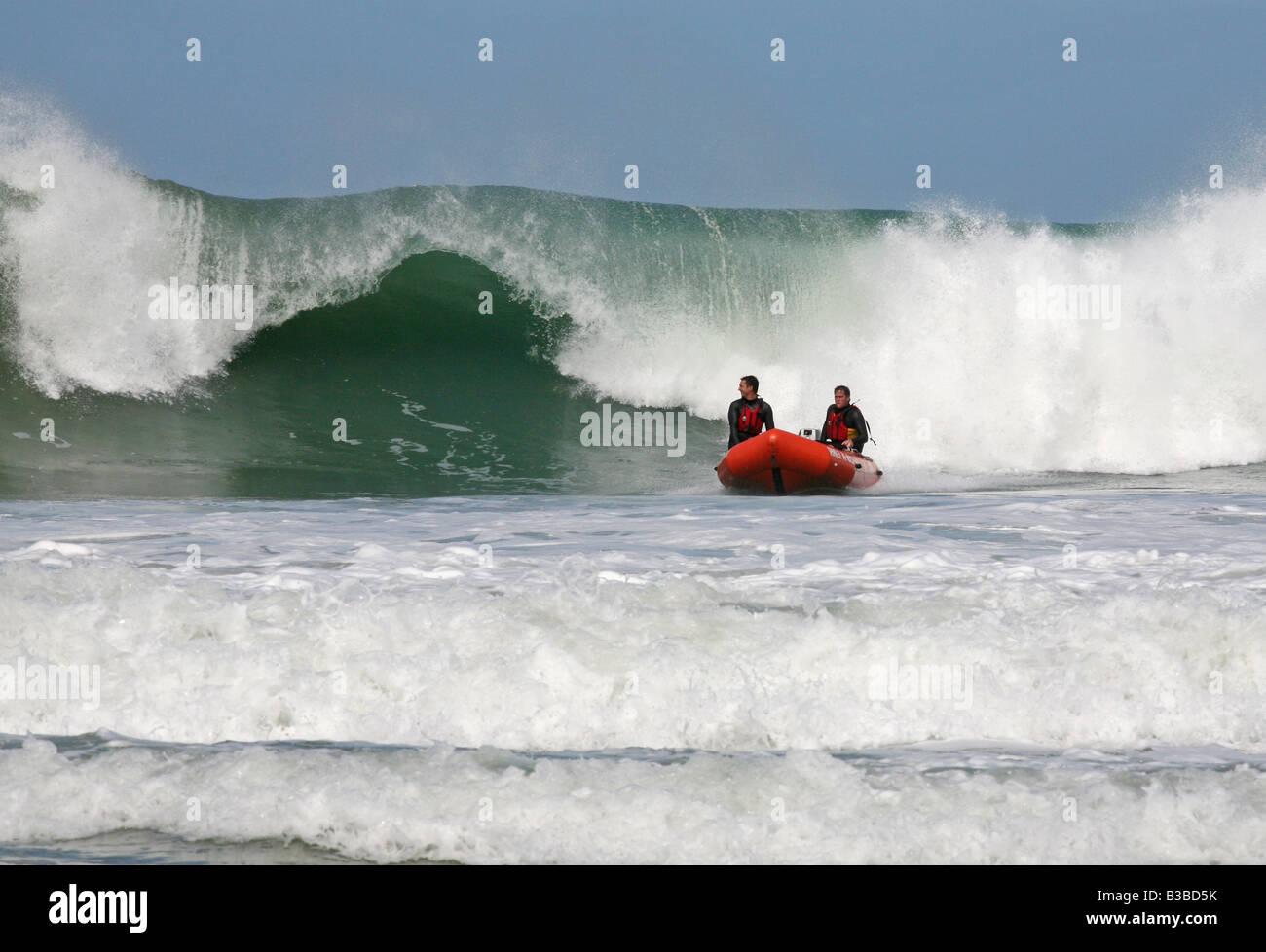 RNLI salvavidas en un bote de rescate en el mar embravecido off Santa Inés, Cornualles, en el REINO UNIDO Foto de stock