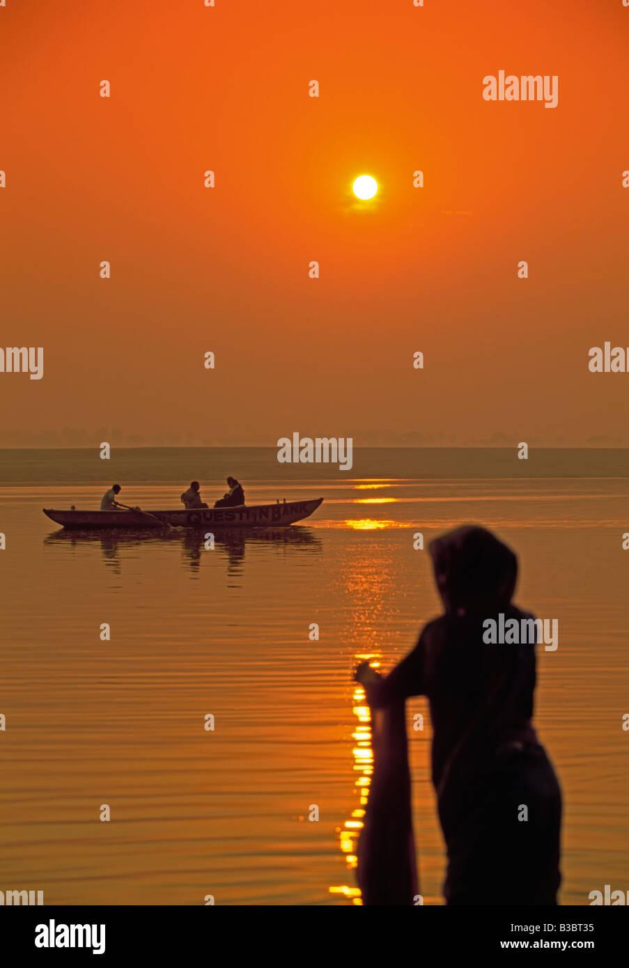 Mujer lavando ropa en el río santo Ganges (Ganga), Varanasi (Benares), estado de Uttar Pradesh, India, Asia Imagen De Stock