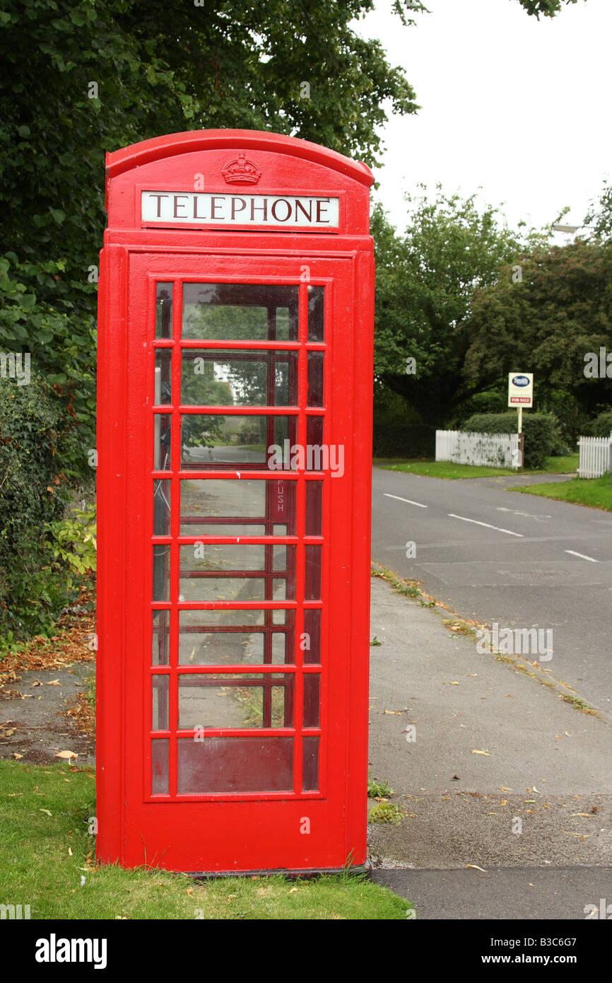 Un cuadro Teléfono rojo English tradicional en una aldea