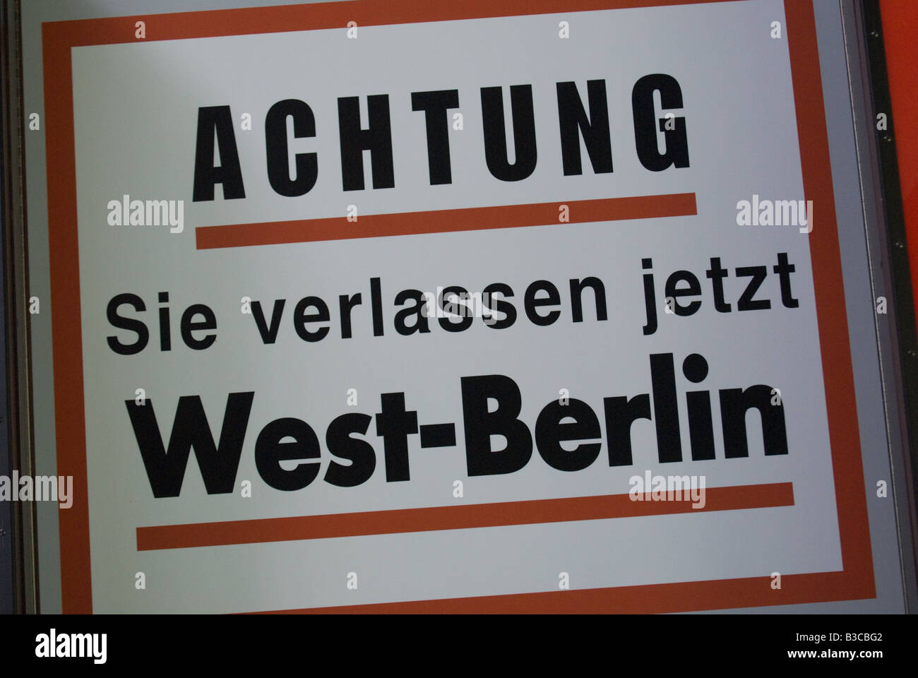 Señal de alerta en lengua alemana dejando Berlín oeste Imagen De Stock
