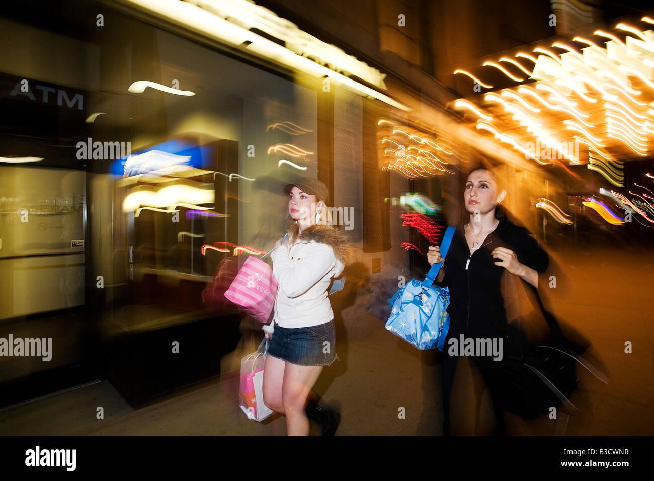 Las mujeres jóvenes llevando bolsas de la compra. Foto de stock