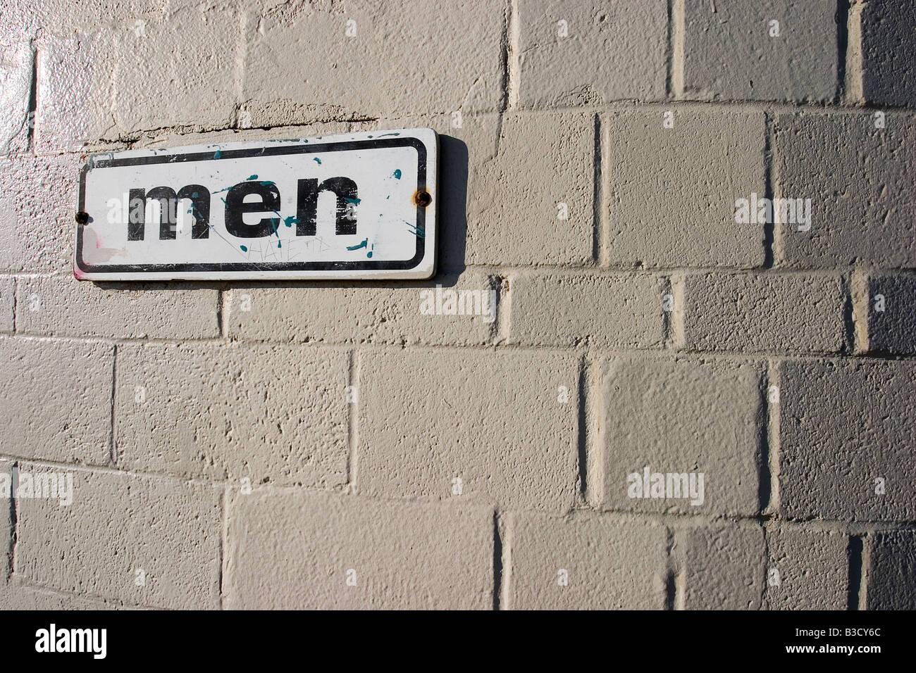 Signo de la información aparece en el muro de hormigón Foto de stock