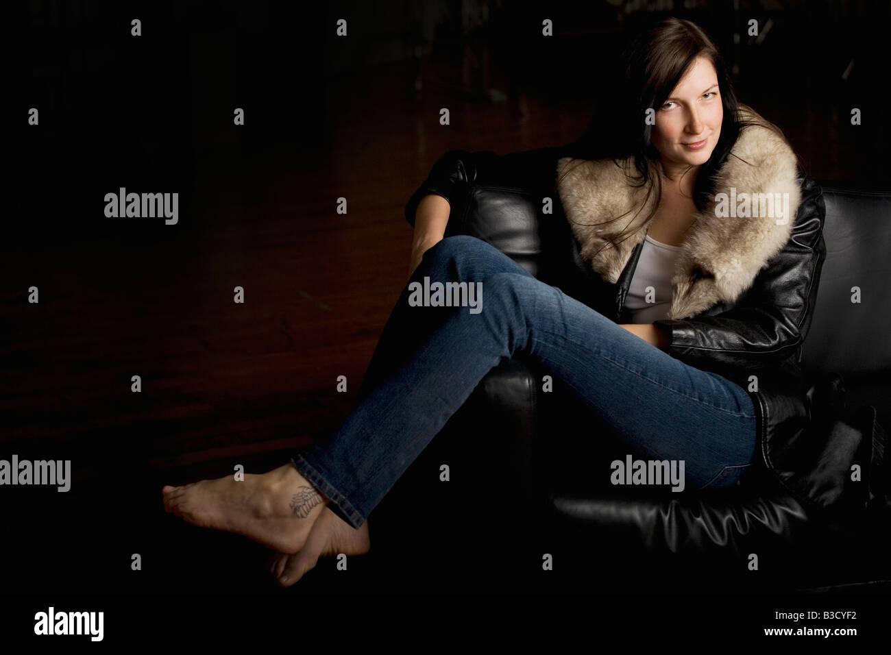 Mujer joven mirando Foto de stock