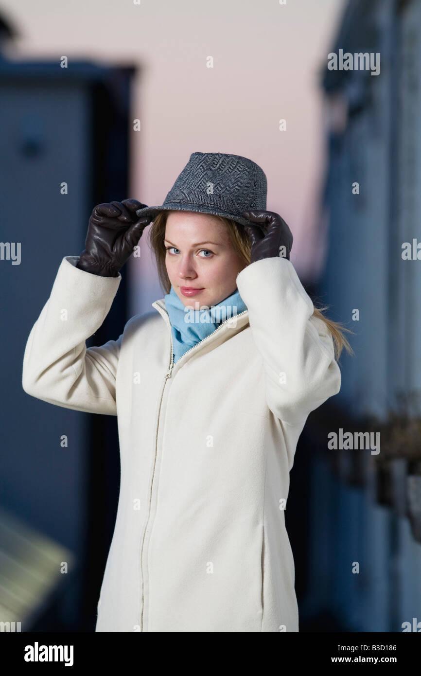 Mujer joven llevar sombrero, Retrato Foto de stock