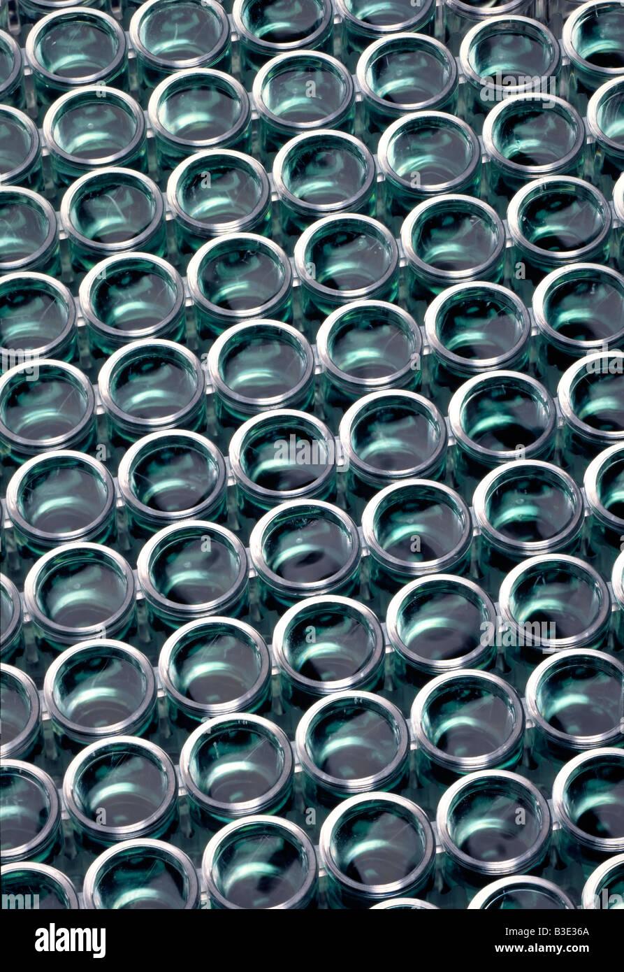 La microplaca utiliza para hacer múltiples pruebas a menudo por una máquina en el laboratorio. Imagen De Stock