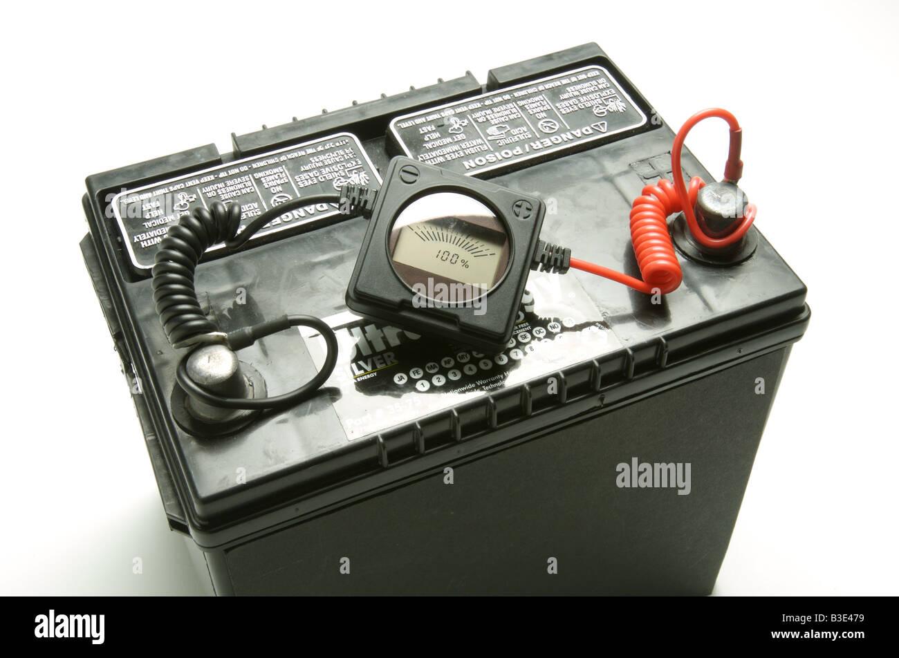 Batería de coche mostrando carga eléctrica. Imagen De Stock