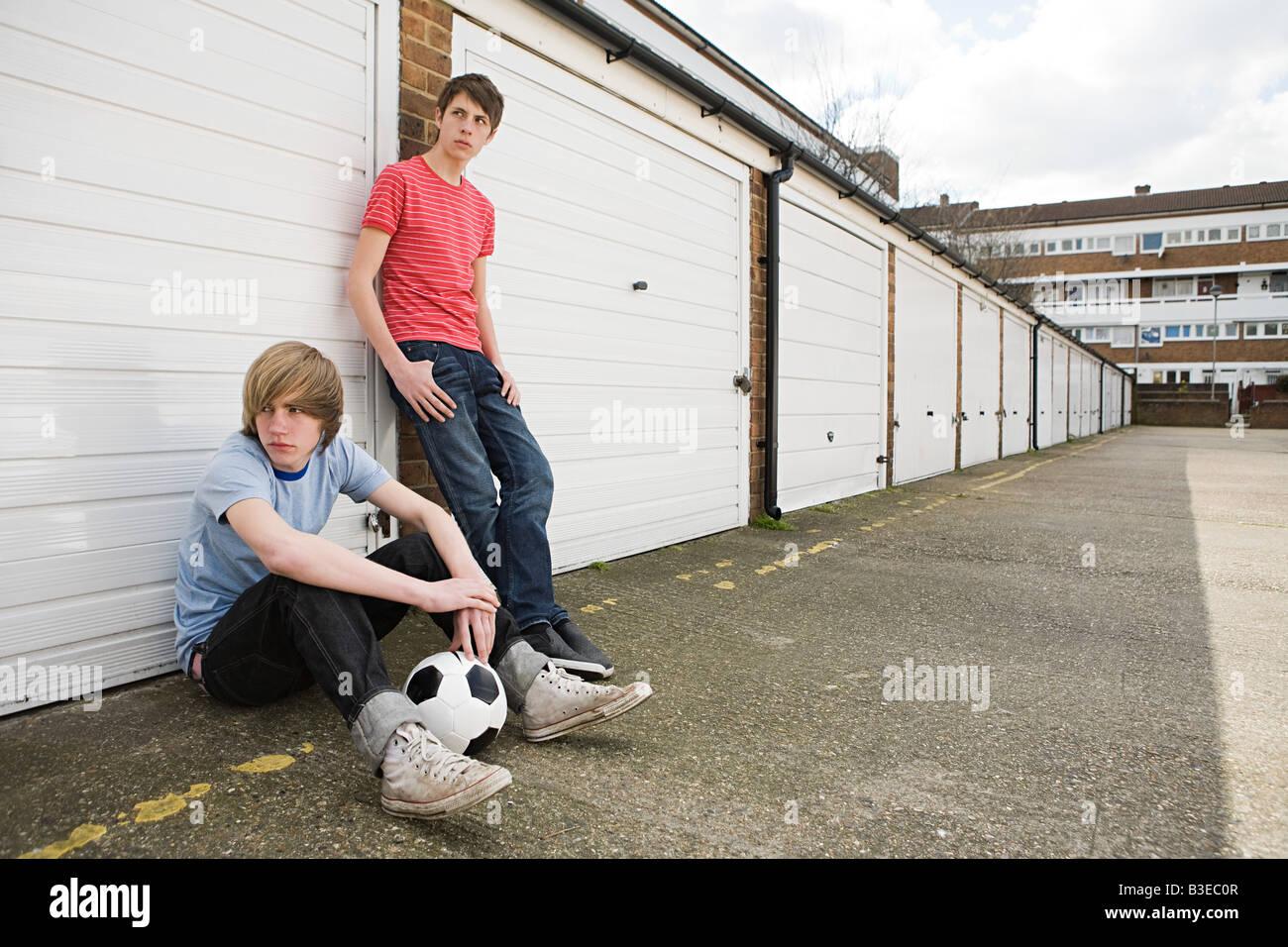 Los adolescentes varones por garajes Imagen De Stock