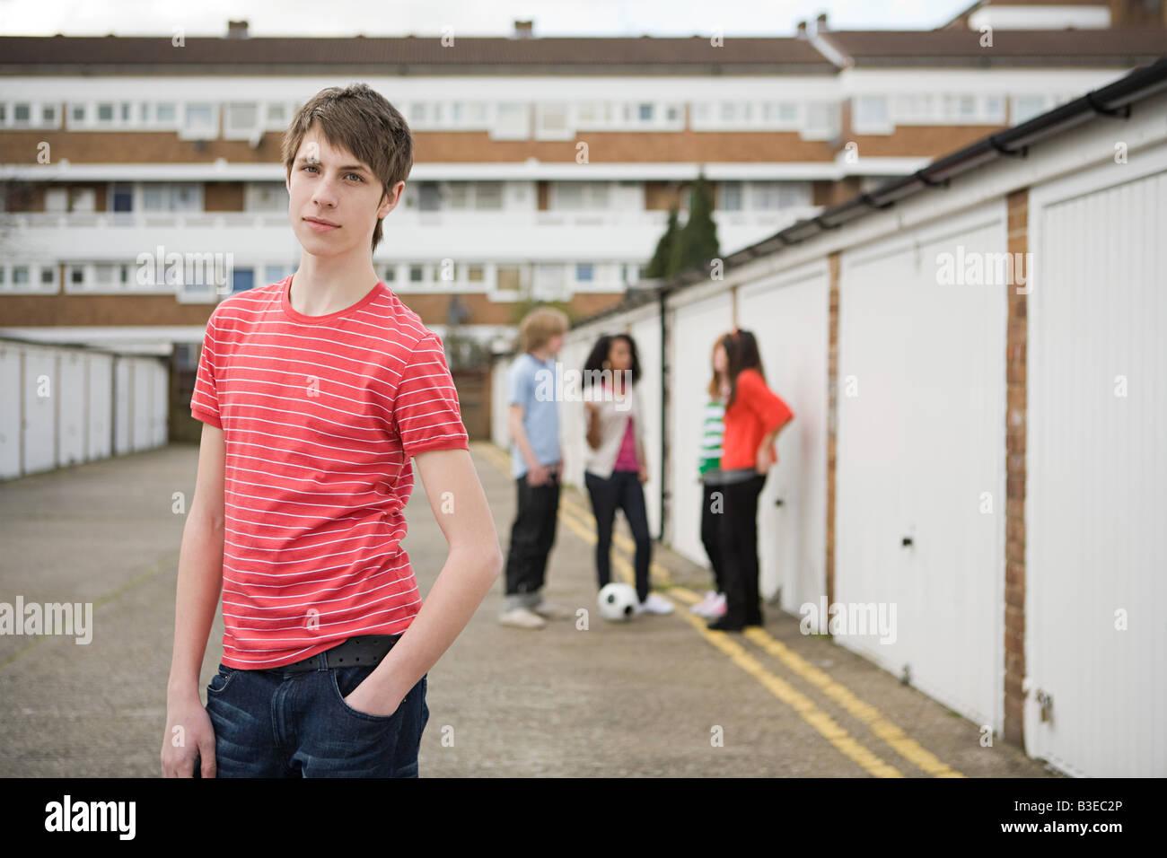 Los adolescentes por garajes Foto de stock