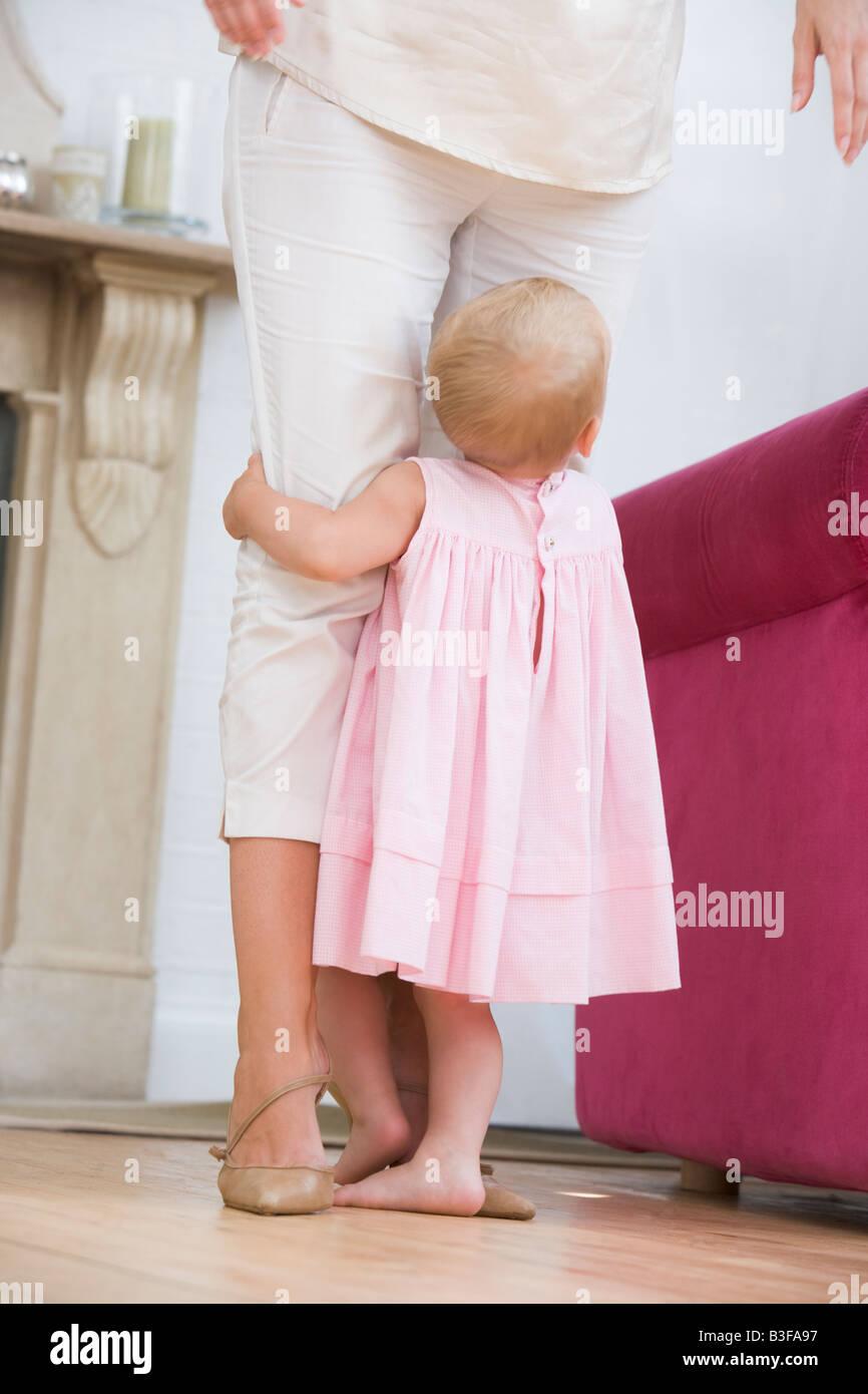 Madre en el salón con el bebé Foto de stock