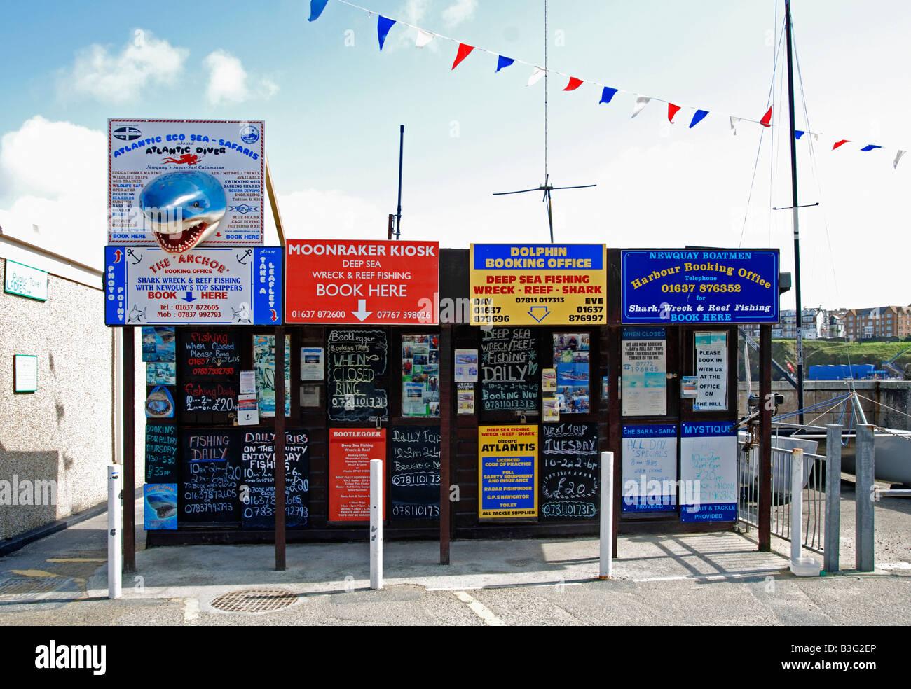 Una oficina de reservas de viaje de pesca en el mar en el puerto de Newquay, Cornwall, Inglaterra, Reino Unido Imagen De Stock