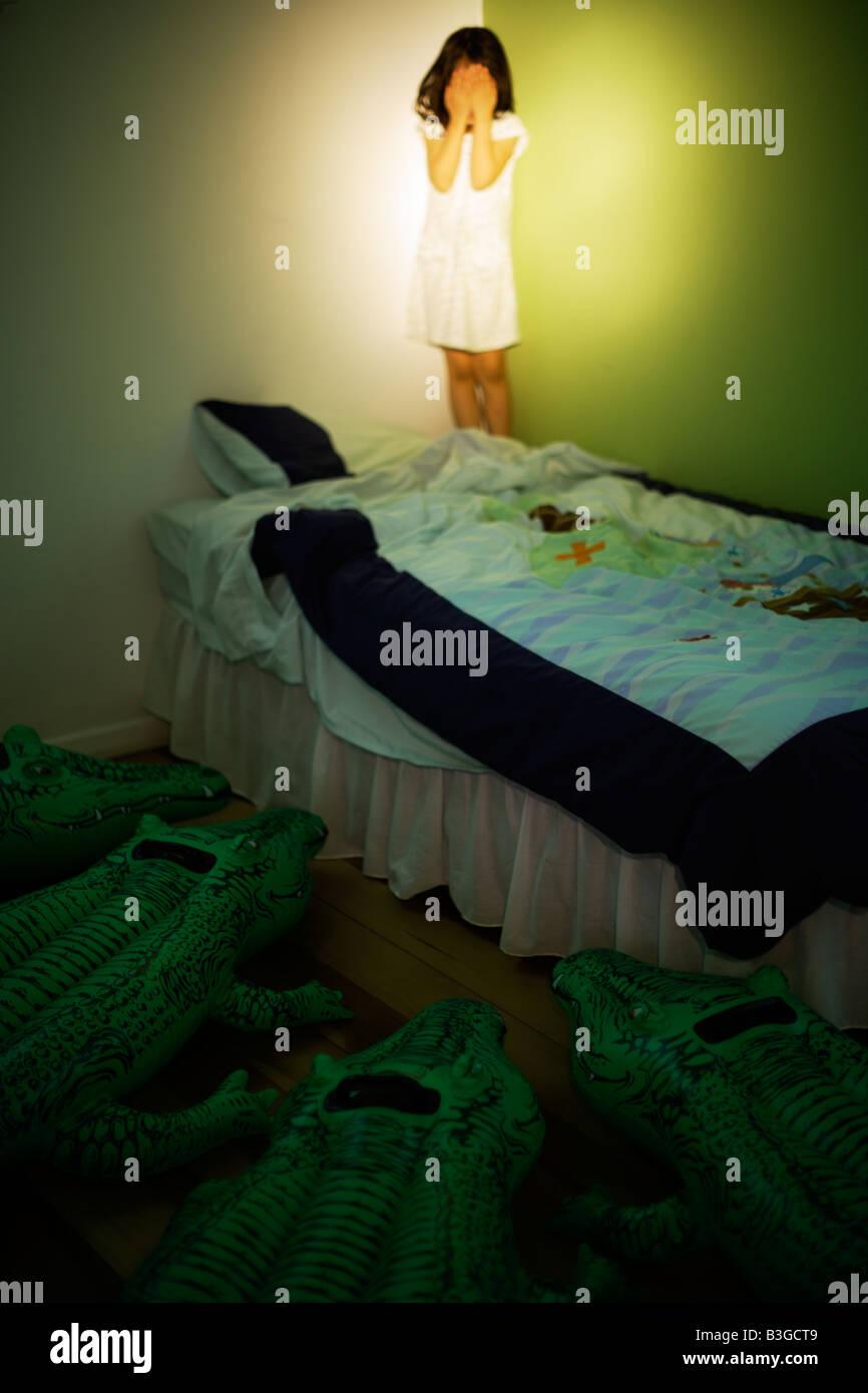 Serie de cocodrilo inflable. Merodeando por la cama de un niño Imagen De Stock