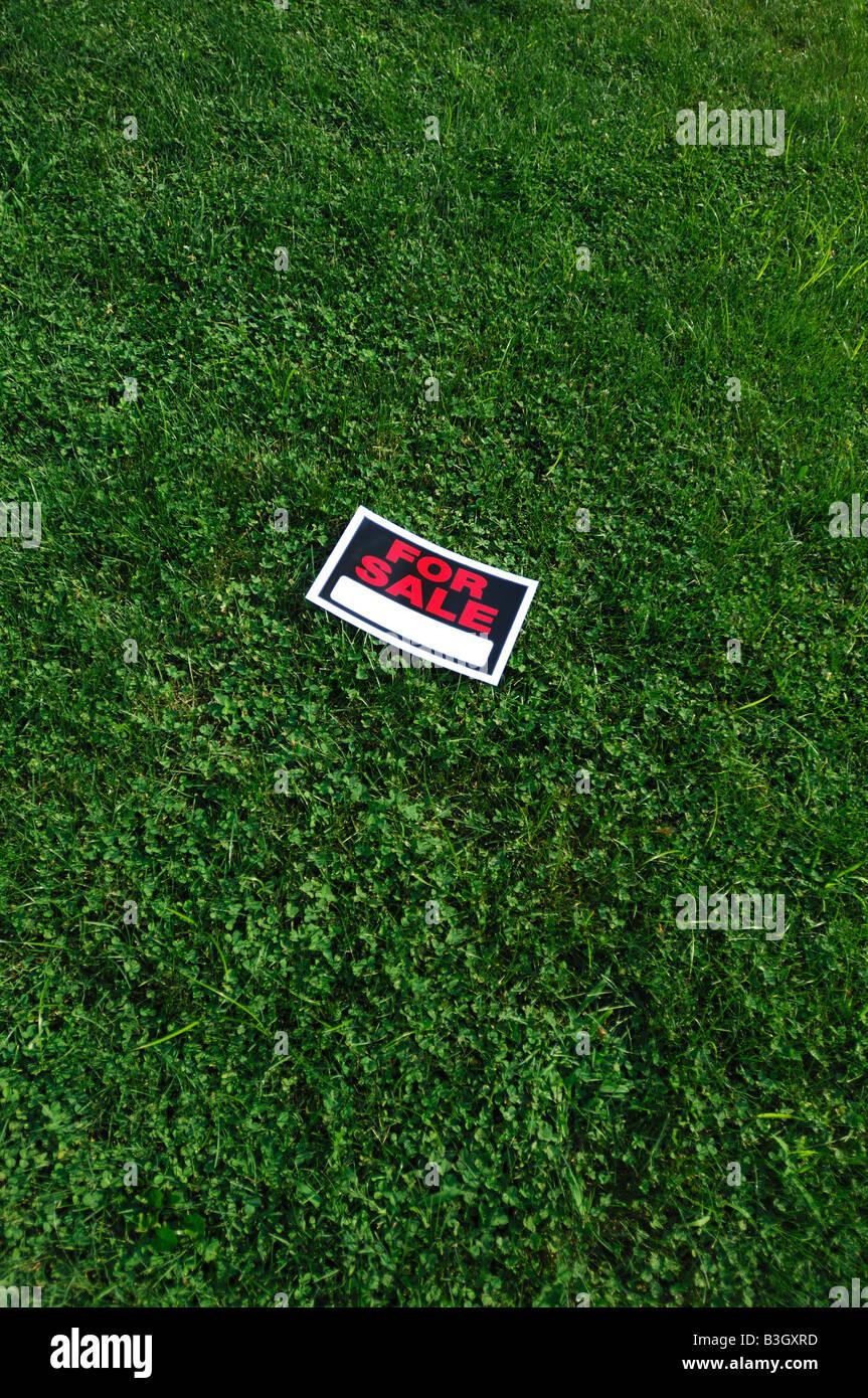 Signo para la venta en pasto verde Imagen De Stock