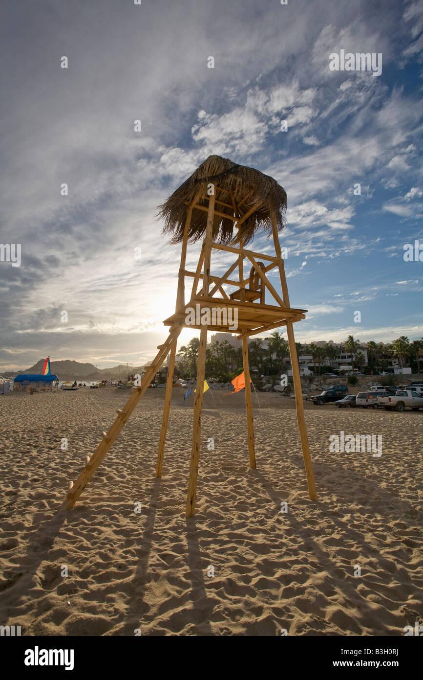 La torre-mirador vacía sobre arena. Foto de stock