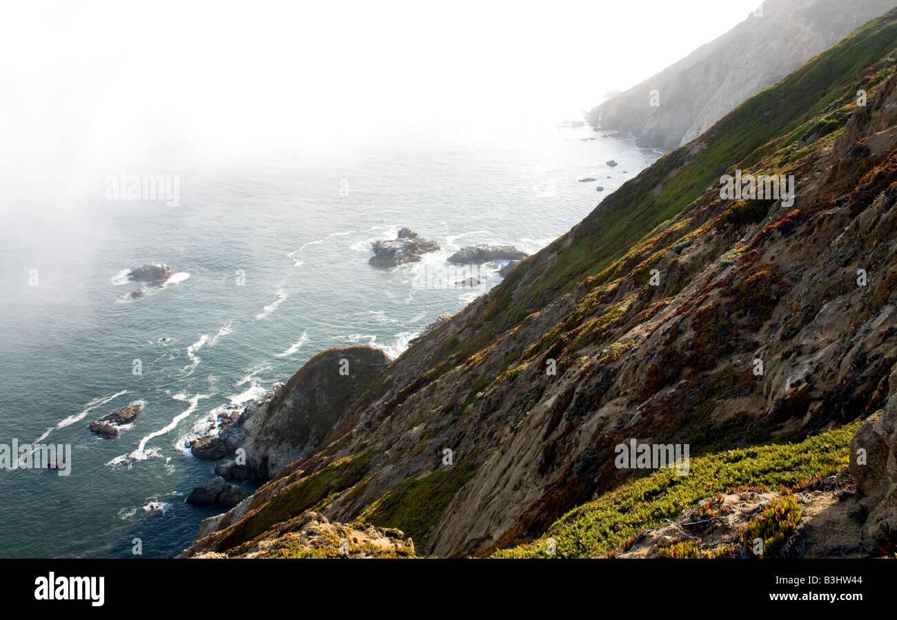 Un foggy seashore cerca de Punta Bonita, California Imagen De Stock