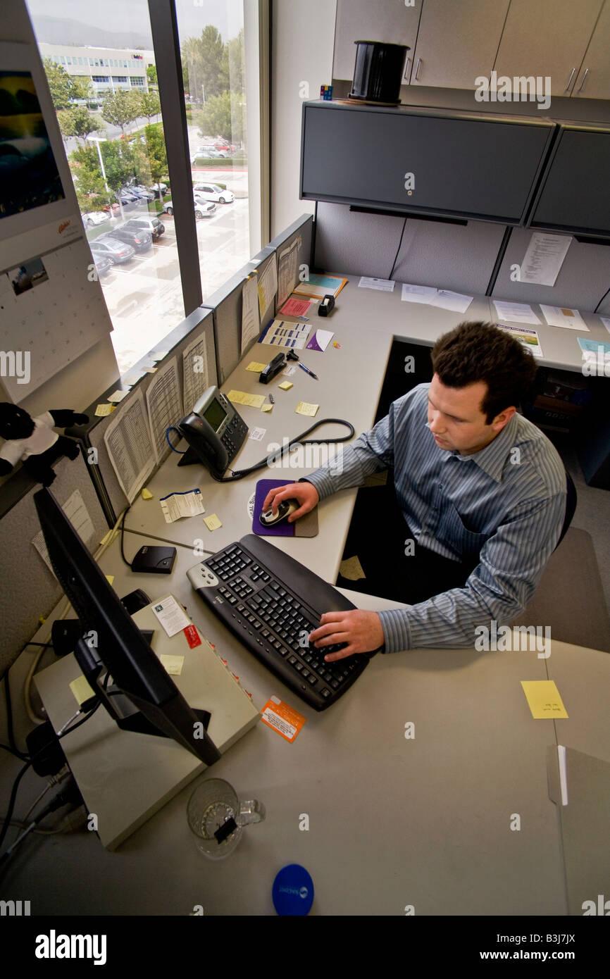 En Irvine California consulta financiera firme un investigador financiero trabaja en su equipo de estación Imagen De Stock