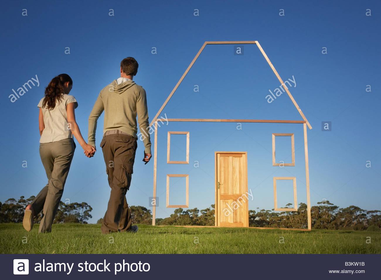 Par caminando hacia casa esquema vertical Imagen De Stock