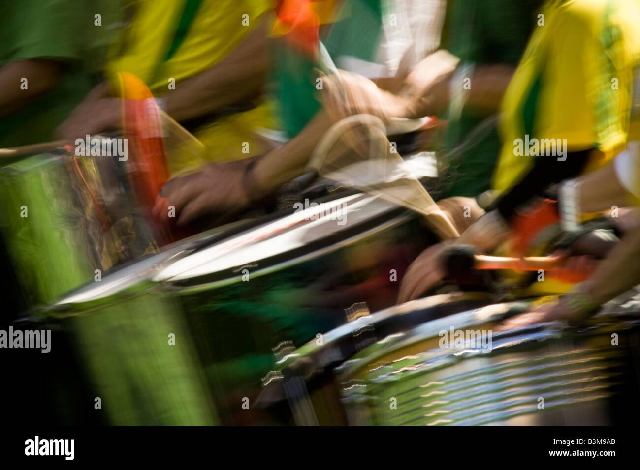 El Dalai Lama visita a Seattle 04 12 2008 Seattle Qwest Field Taiko drummers parte de la Procesión de las culturas Imagen De Stock