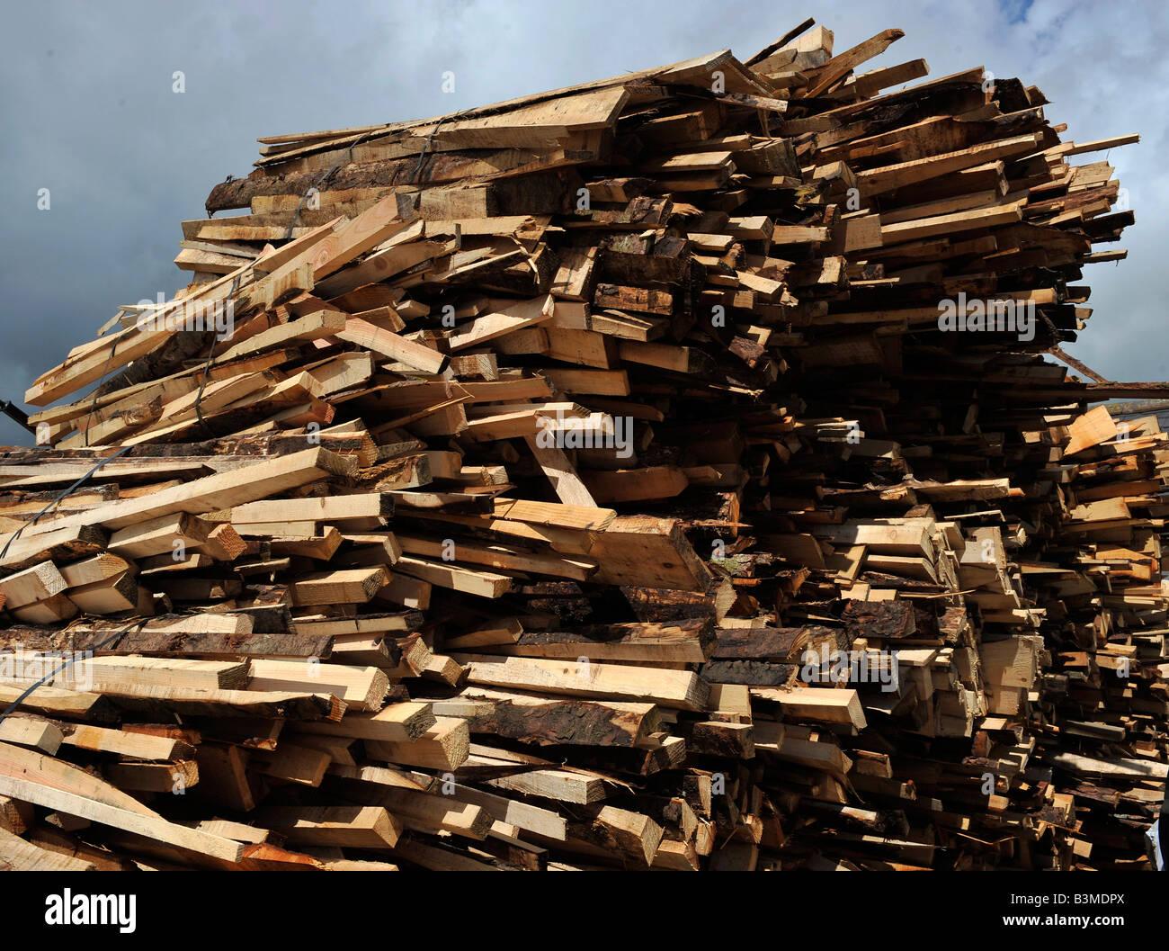 En un montón de madera de desecho Foto de stock