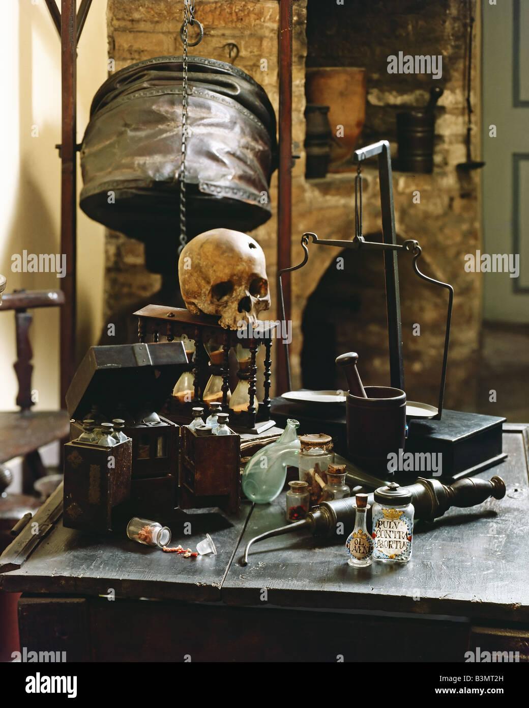 Las herramientas de preparación y cráneo humano en una antigua farmacia del siglo XIV. Foto de stock