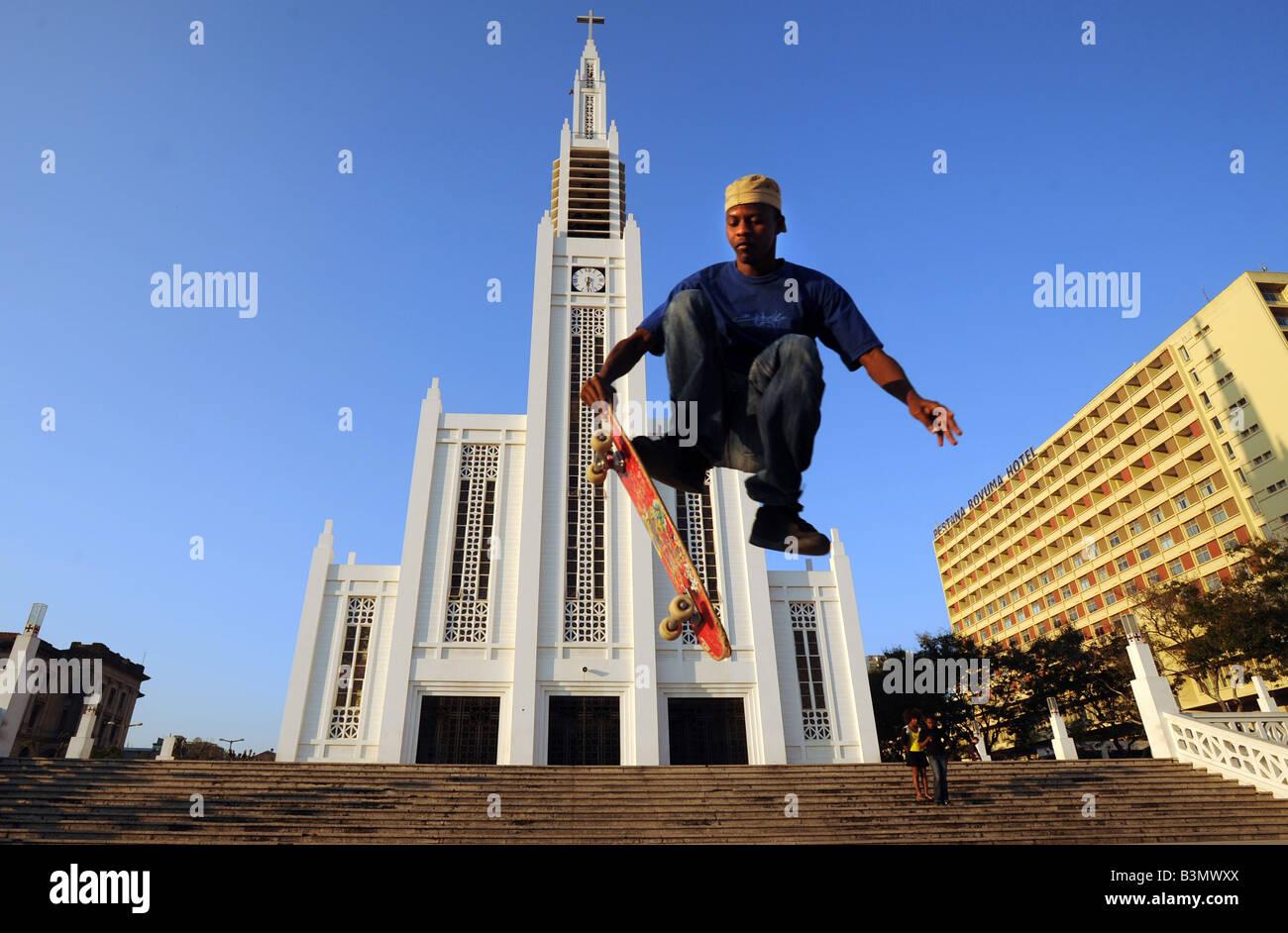 Docas el patinador saltar en el aire fuera de la catedral católica de Nossa Senhora da Conceicao en Maputo, Imagen De Stock