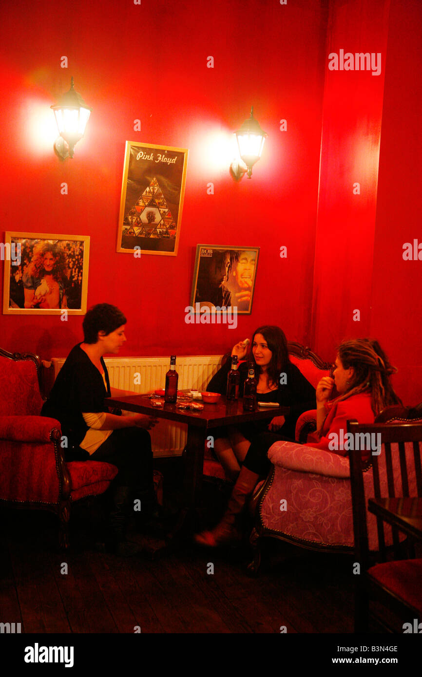 Mayo 2008 - mujeres sentadas en Kino Garden Café en la zona de Beyoglu Estambul Turquia Imagen De Stock